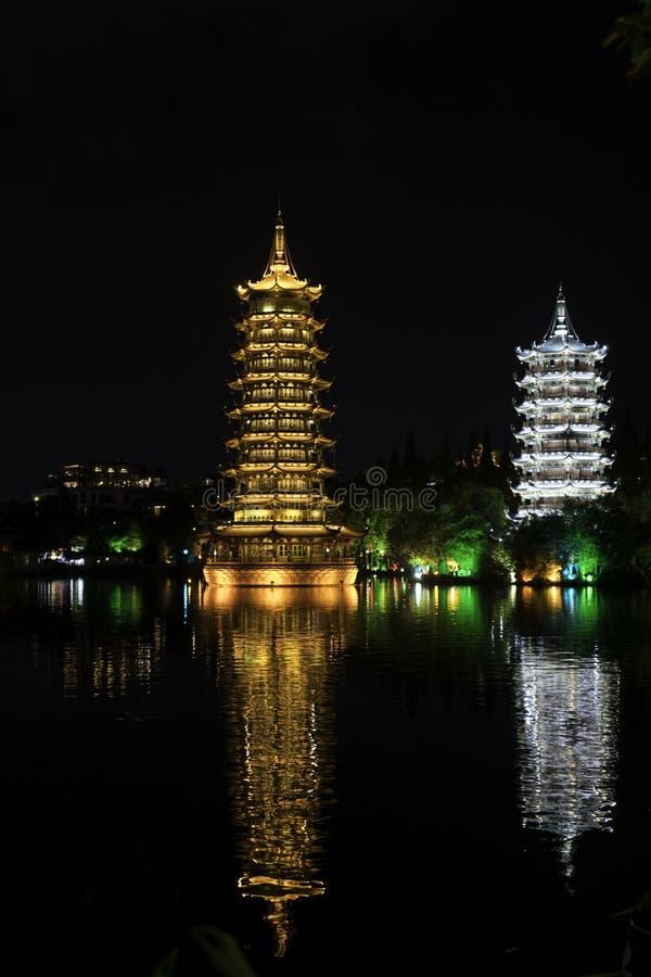 Χαλκός και ασημένια άποψη λιμνών νύχτας Guilin Κίνα παγοδών στοκ εικόνα με δικαίωμα ελεύθερης χρήσης