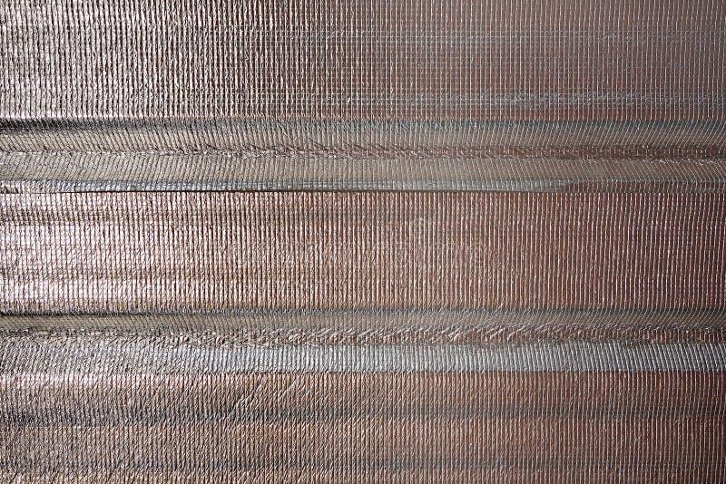 Χαλκός-κόκκινο φύλλο μόνωσης αεροφυσαλίδων φύλλων αλουμινίου αργιλίου κάτω από τη στέγη στη θερμότητα προστασίας από τον καιρό κα στοκ φωτογραφίες