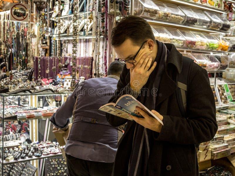 Χαμένος και μπερδεμένος τουρίστας που διαβάζει την έκδοση της Κωνσταντινούπολης του μόνου πλανήτη τουριστικών οδηγών τουριστών σε στοκ φωτογραφίες με δικαίωμα ελεύθερης χρήσης