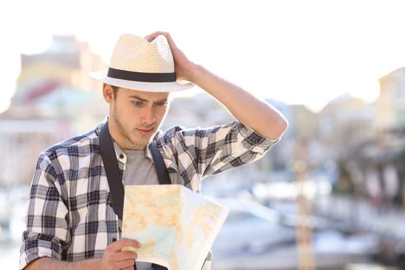 Χαμένος οδηγός διαβούλευσης τουριστών σε μια πόλη ακτών στοκ εικόνες με δικαίωμα ελεύθερης χρήσης