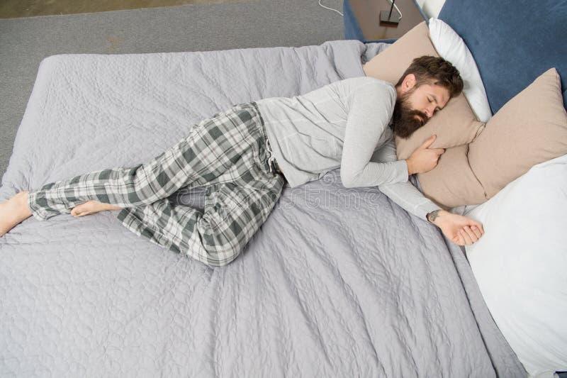 Χαμένος σε έναν βαθύ ύπνο ο γενειοφόρος ύπνος ατόμων hipster το πρωί θέλει να κοιμηθεί t ώριμο αρσενικό με στοκ εικόνες