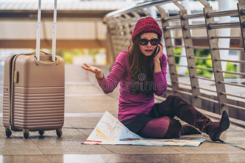 Χαμένος ταξιδιώτης που κάνει την κλήση ζητώντας τη βοήθεια στοκ εικόνες