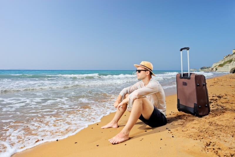 Χαμένος τουρίστας σε μια παραλία Peroulades στο νησί της Κέρκυρας, με lug του στοκ εικόνες