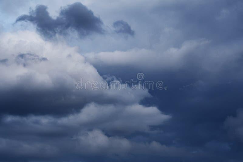 Χαμηλά μολύβδινα σύννεφα θύελλας στον ουρανό στοκ φωτογραφίες