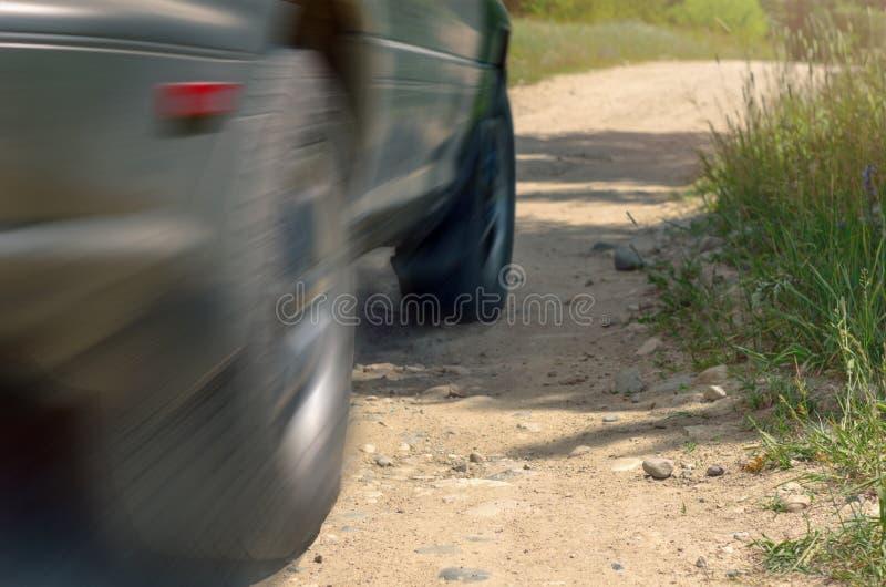 Χαμηλή άποψη γωνίας ενός Drive αυτοκινήτων σε μια εθνική οδό μια ηλιόλουστη θερινή ημέρα Επίδραση θαμπάδων κινήσεων στοκ εικόνες