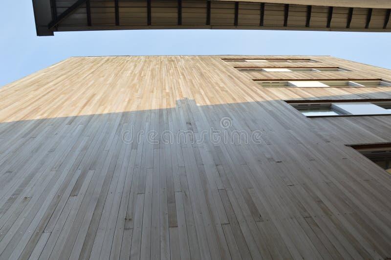 Χαμηλή άποψη γωνίας μέσα - μεταξύ δύο κτηρίων στο Nijmegen οι Κάτω Χώρες στοκ εικόνα με δικαίωμα ελεύθερης χρήσης