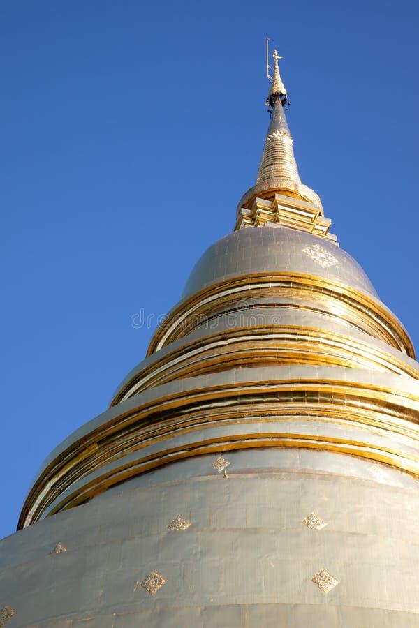 Χαμηλή άποψη γωνίας μιας ενιαίας άσπρης και χρυσής παγόδας με το μπλε ουρανό στη Μπανγκόκ στοκ εικόνα με δικαίωμα ελεύθερης χρήσης