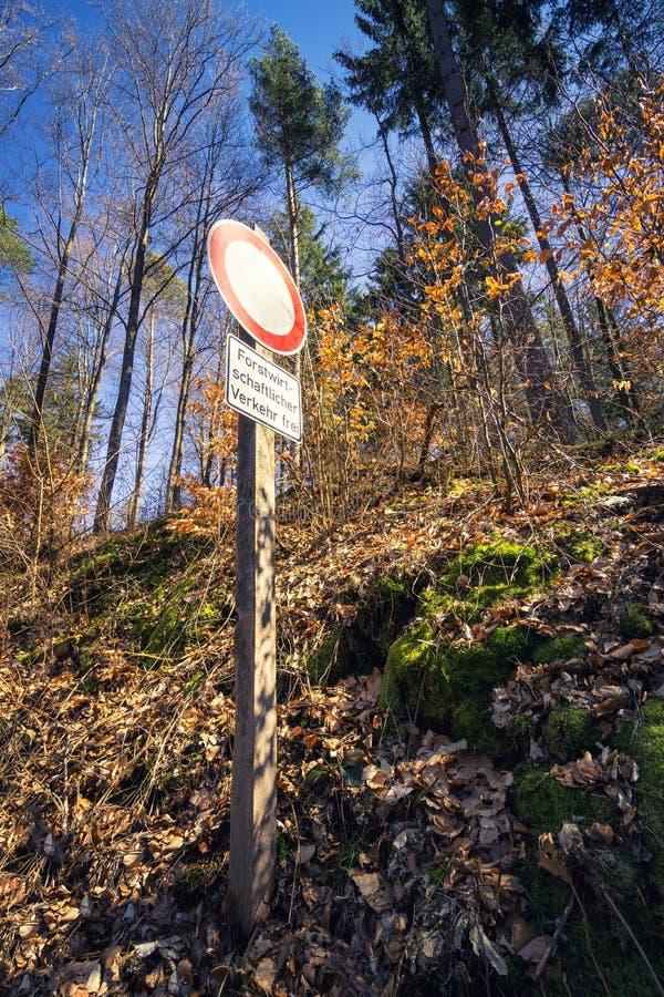 Χαμηλή άποψη γωνίας σε ένα οδικό σημάδι στο δάσος στοκ εικόνα με δικαίωμα ελεύθερης χρήσης