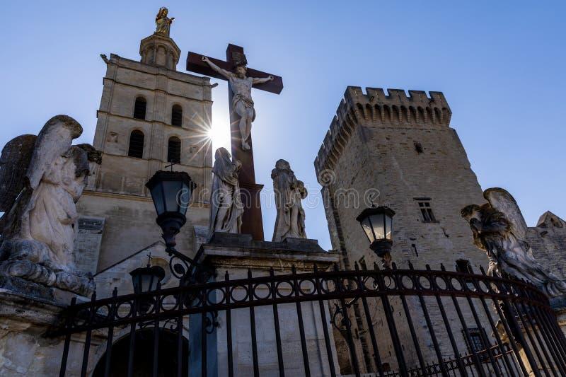 χαμηλή άποψη γωνίας του αγάλματος Χριστού Palais des Papes στοκ εικόνες