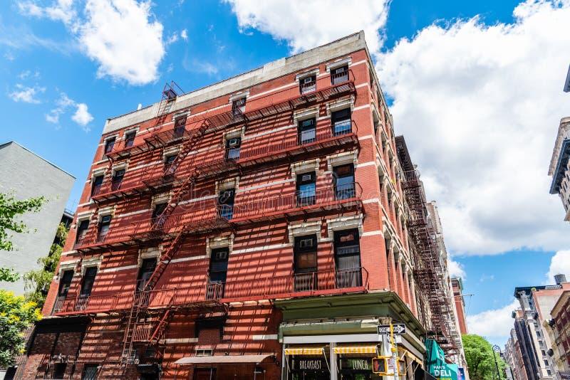 Χαμηλή άποψη γωνίας του κτηρίου τούβλου σε Soho στη Νέα Υόρκη στοκ φωτογραφίες