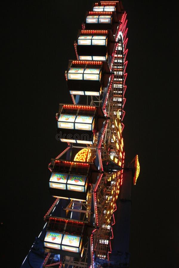 Χαμηλή γωνία που πυροβολείται της ρόδας Ferris στη νύχτα στοκ εικόνες