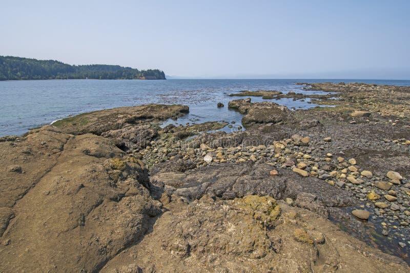 Χαμηλή παλίρροια σε μια δύσκολη ακτή στοκ εικόνες με δικαίωμα ελεύθερης χρήσης