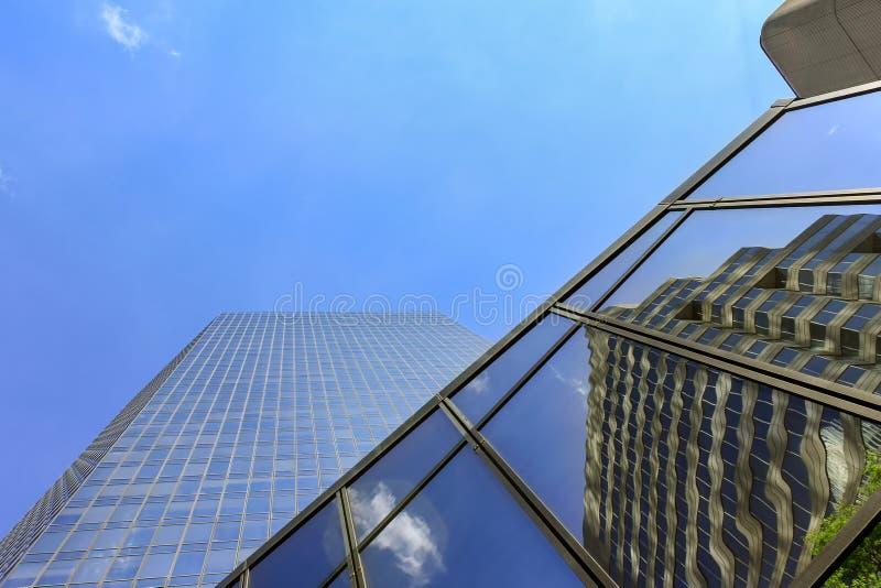 Χαμηλή φωτογραφία προοπτικής των αντανακλάσεων ουρανοξυστών και καθρεφτών στο γυαλί στοκ φωτογραφίες