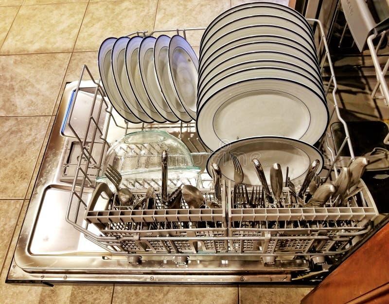 Χαμηλότερο επίπεδο πλυντηρίου πιάτων που γεμίζουν και έτοιμο να τρέξει στοκ εικόνες