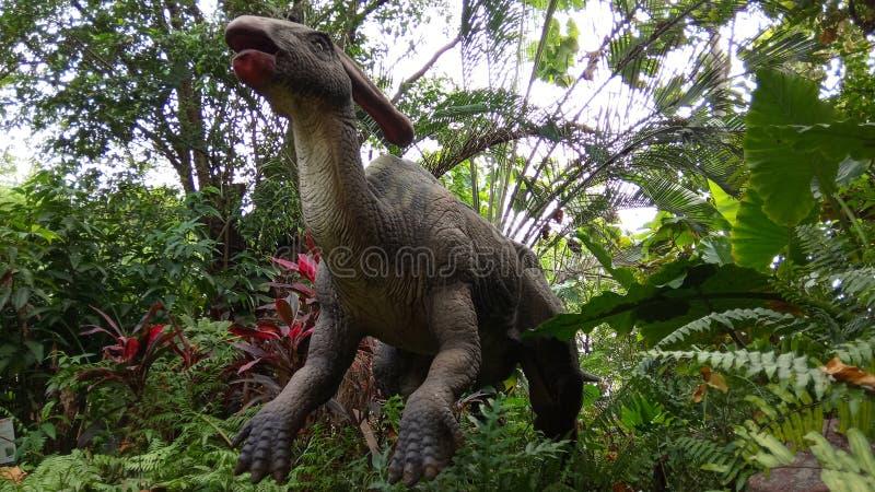 Χαμηλό ρομπότ προοπτικής γωνίας Parasaurolophus, δεινόσαυρος Herbivora, από τη Βόρεια Αμερική και τον Καναδά στο τεχνητό δάσος στοκ εικόνα με δικαίωμα ελεύθερης χρήσης