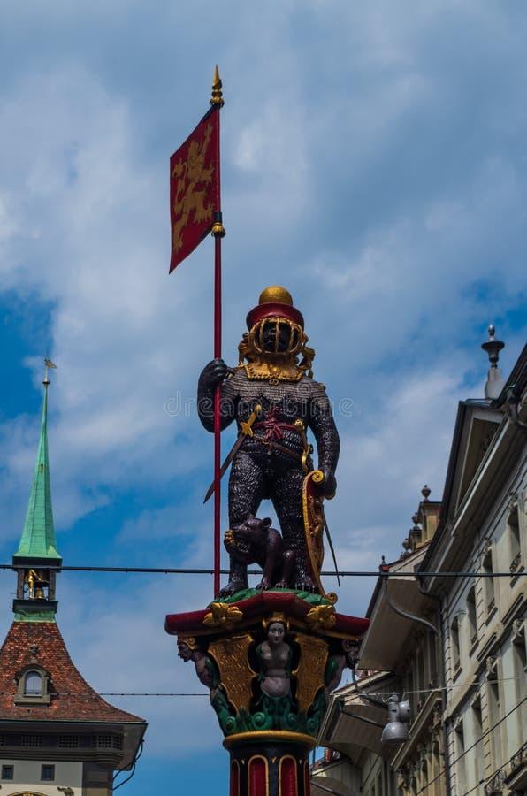 Χαμηλό σημείο άποψης γωνίας αγαλμάτων πηγών νερού οδών της Ελβετίας πόλεων της Βέρνης στοκ φωτογραφία με δικαίωμα ελεύθερης χρήσης