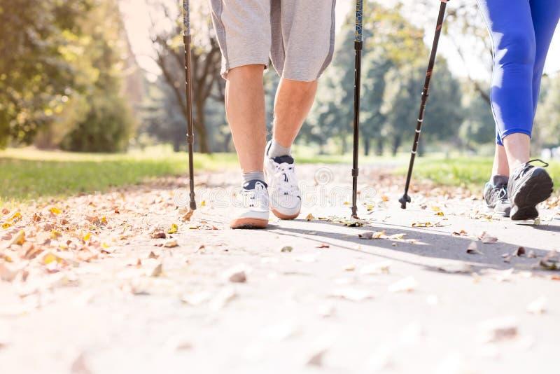 Χαμηλό τμήμα του κατάλληλου ανώτερου ζεύγους που περπατά στο μονοπάτι κατά τη διάρκεια του φθινοπώρου στοκ φωτογραφίες με δικαίωμα ελεύθερης χρήσης
