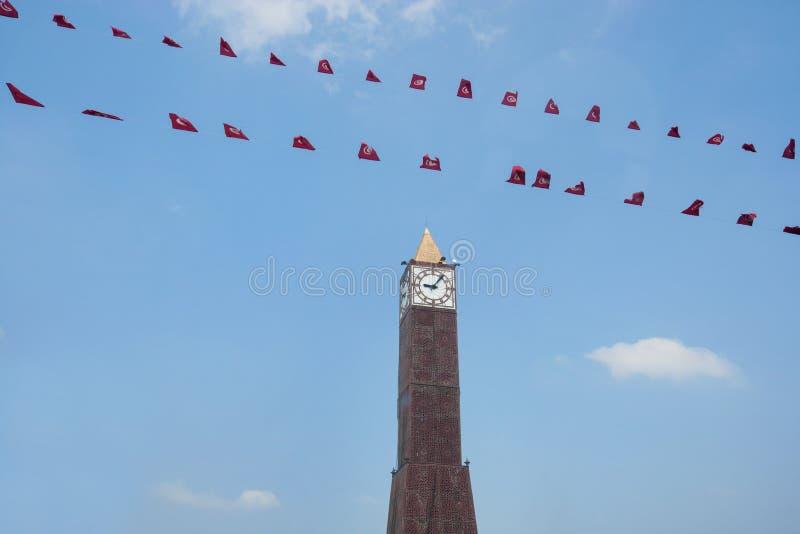 Χαμηλή άποψη γωνίας του πύργου ρολογιών θέσεων du στις 7 Νοεμβρίου 1987, λεωφόρος Habib Bourguiba, Τυνησία, Τυνησία στοκ φωτογραφία με δικαίωμα ελεύθερης χρήσης