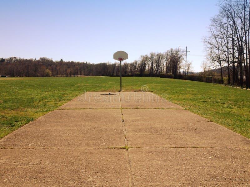 Χαμηλή γωνία ενός υπαίθριου γήπεδο μπάσκετ στοκ εικόνα