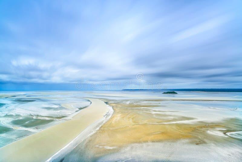 Χαμηλή παλίρροια στον κόλπο Mont Saint-Michel. Νορμανδία, Γαλλία. στοκ εικόνες με δικαίωμα ελεύθερης χρήσης