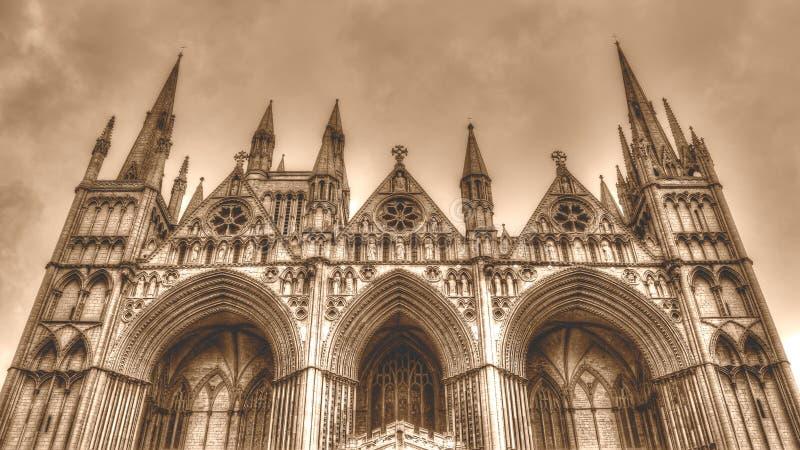 Χαμηλός τόνος σεπιών γωνίας HDR δυτικών προσόψεων καθεδρικών ναών Peterborough στοκ εικόνες