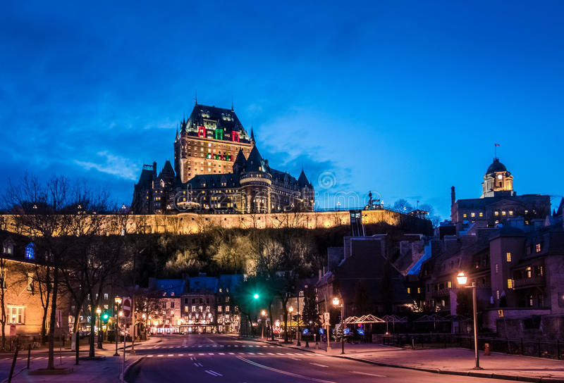 Χαμηλότερη παλαιά κωμόπολη basse-Ville και Frontenac Castle τη νύχτα - πόλη του Κεμπέκ, Καναδάς στοκ φωτογραφία