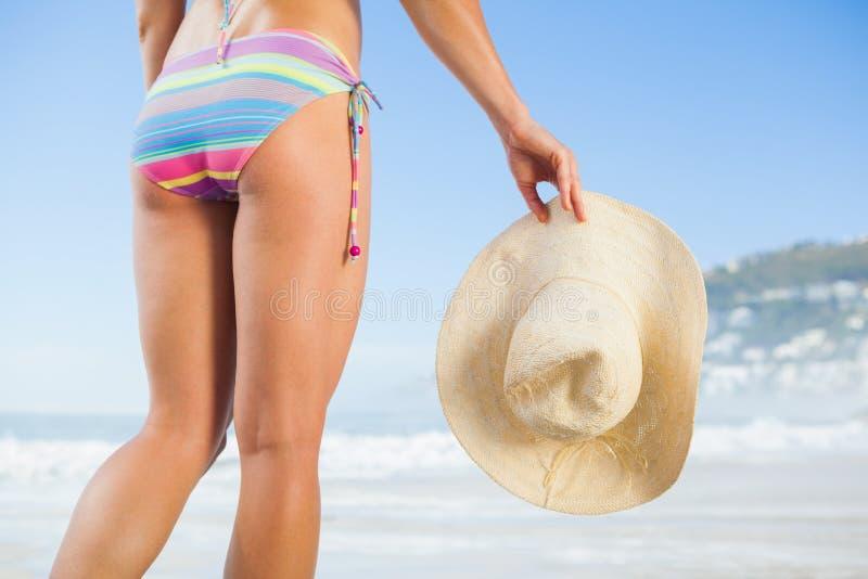 Χαμηλότερος - το μισό από το κατάλληλο ψαθάκι εκμετάλλευσης γυναικών στην παραλία στοκ εικόνες