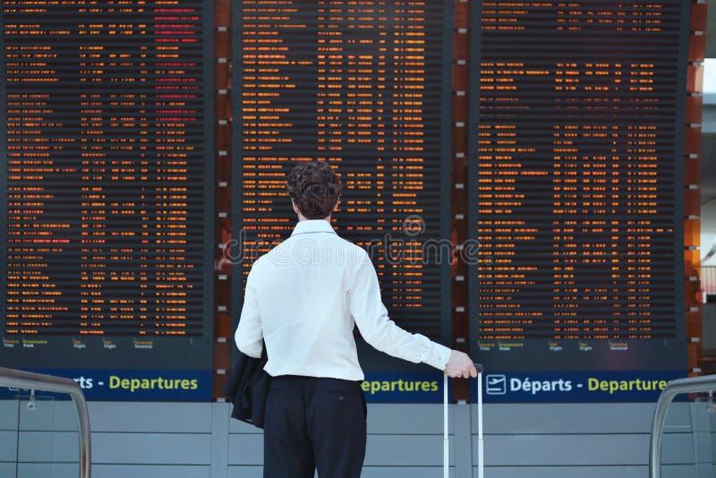 χαμηλό παραθυρόφυλλο τηλεφωνικών πλάνων επιβατών ατόμων αποσκευών αερολιμένων κάποια αναμονή ταχύτητας στοκ εικόνα με δικαίωμα ελεύθερης χρήσης