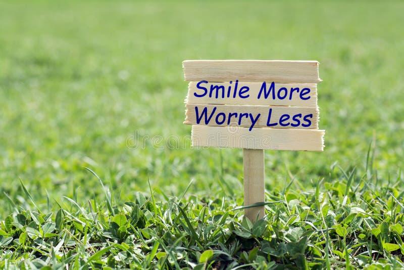 Χαμογελάστε περισσότερη ανησυχία λιγότερο στοκ εικόνα με δικαίωμα ελεύθερης χρήσης
