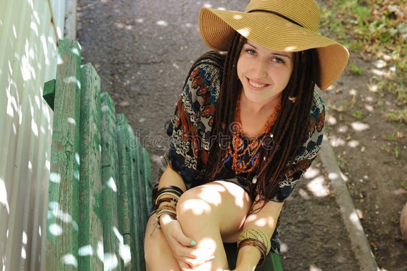 Χαμογελαστή γυναίκα ντυμένη με ενδυματολογικό ύφος στοκ εικόνα