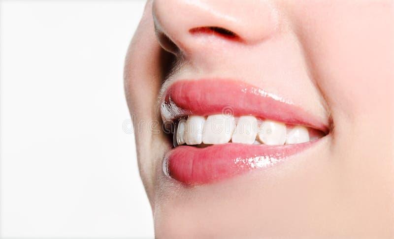 Χαμογελαστή γυναίκα στόμα με υπέροχα λευκά δόντια σε λευκό φόντο στοκ φωτογραφία