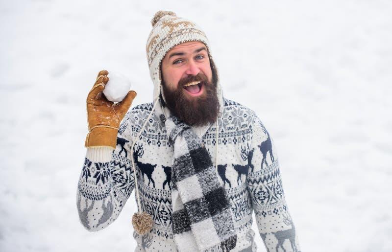 Χαμογελαστός άνδρας χιόνι φόντο Παιχνίδια χιονιού Καλή χειμερινή μέρα Χίπστερ πλεκτό και ζεστά γάντια με χαρούμενα γένια στοκ εικόνες με δικαίωμα ελεύθερης χρήσης