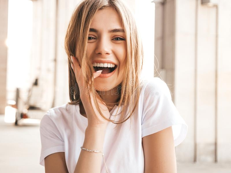 Χαμογελαστό ξανθό μοντέλο ντυμένο με καλοκαιρινά χίπστερ ρούχα στοκ εικόνα με δικαίωμα ελεύθερης χρήσης