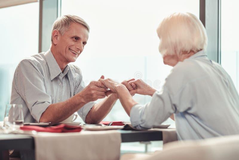Χαμογελώντας άνδρας και γυναίκα που έχουν το μεγάλο χρόνο από κοινού στοκ φωτογραφία