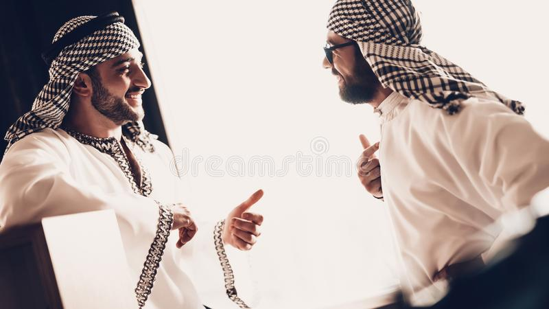 Χαμογελώντας Άραβες που μιλούν και που κοιτάζουν ο ένας στον άλλο στοκ φωτογραφία