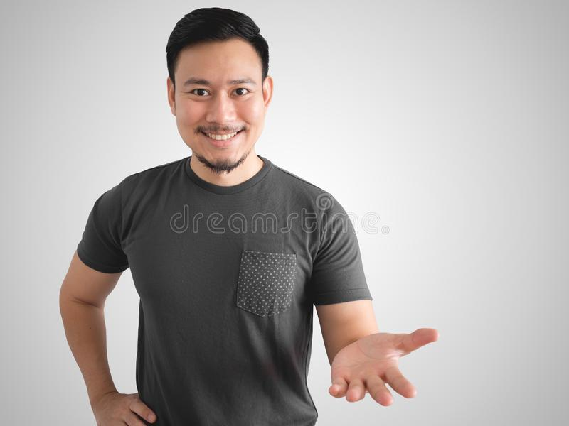 Χαμογελώντας άτομο που παρουσιάζει το πράγμα στοκ φωτογραφίες με δικαίωμα ελεύθερης χρήσης