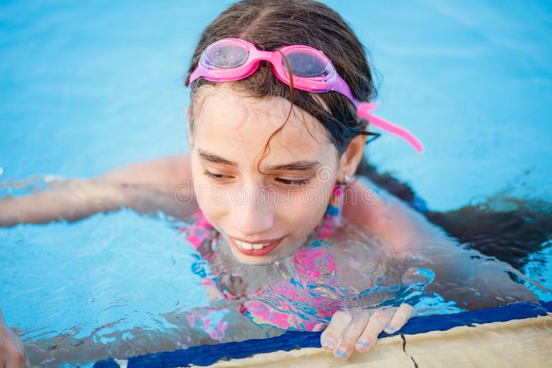 Χαμογελώντας έφηβη που έχει τη διασκέδαση στην πισίνα στοκ εικόνα