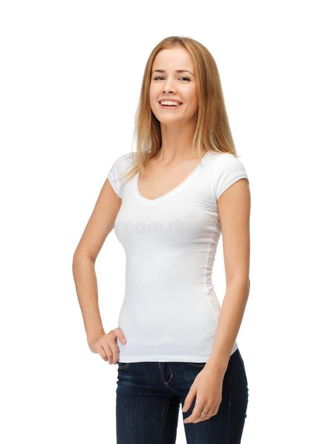 Χαμογελώντας έφηβη στην κενή άσπρη μπλούζα στοκ φωτογραφίες