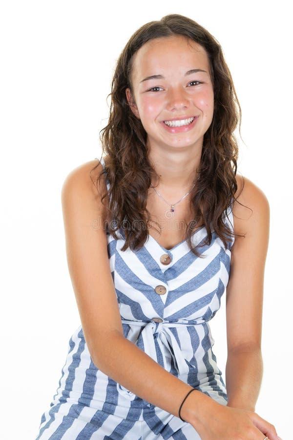 Χαμογελώντας έφηβος νέων κοριτσιών πορτρέτου στην άσπρη μπλε ριγωτή εξάρτηση στοκ εικόνες με δικαίωμα ελεύθερης χρήσης