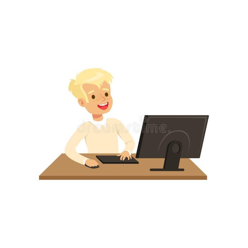 Χαμογελώντας αγόρι που χρησιμοποιεί τον υπολογιστή, μάθημα πληροφορικής στη σχολική διανυσματική απεικόνιση σε ένα άσπρο υπόβαθρο ελεύθερη απεικόνιση δικαιώματος