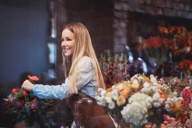 Χαμογελώντας ανθοκόμος στην εργασία στοκ φωτογραφίες με δικαίωμα ελεύθερης χρήσης