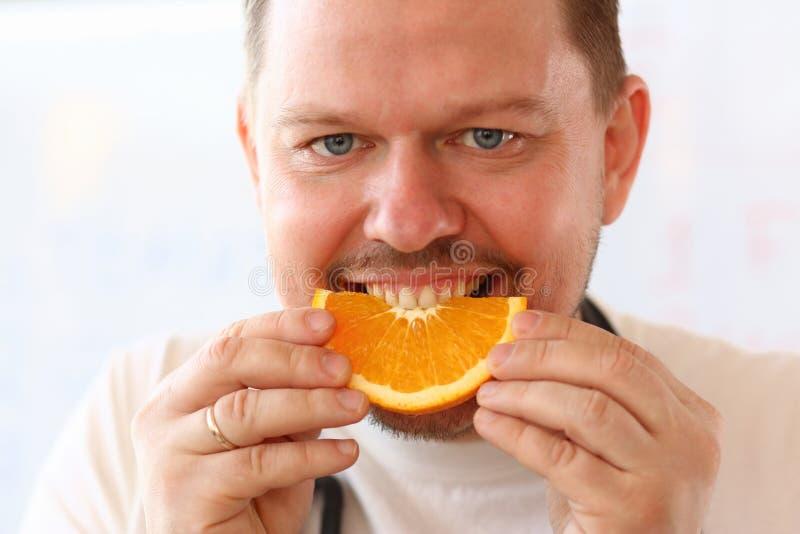Χαμογελώντας αρχιμάγειρας Vegan που τρώει το τροπικό πορτρέτο φρούτων στοκ φωτογραφία