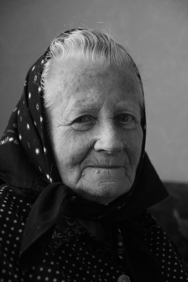 Χαμογελώντας γιαγιά, ηλικιωμένη γυναίκα, ανώτερο πρόσωπο Καλλιτεχνικό γραπτό πορτρέτο στοκ εικόνα με δικαίωμα ελεύθερης χρήσης