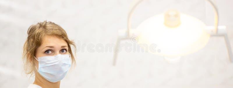 Χαμογελώντας γιατρός σε ένα φωτεινό ιατρικό γραφείο και ένας λαμπτήρας στο πρώτο πλάνο στοκ φωτογραφίες με δικαίωμα ελεύθερης χρήσης