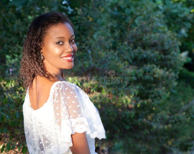 Χαμογελώντας γυναίκα έξω στοκ εικόνες με δικαίωμα ελεύθερης χρήσης