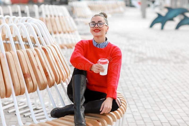 Χαμογελώντας γυναίκα με ένα φλιτζάνι του καφέ - εικόνα αποθεμάτων στοκ εικόνες