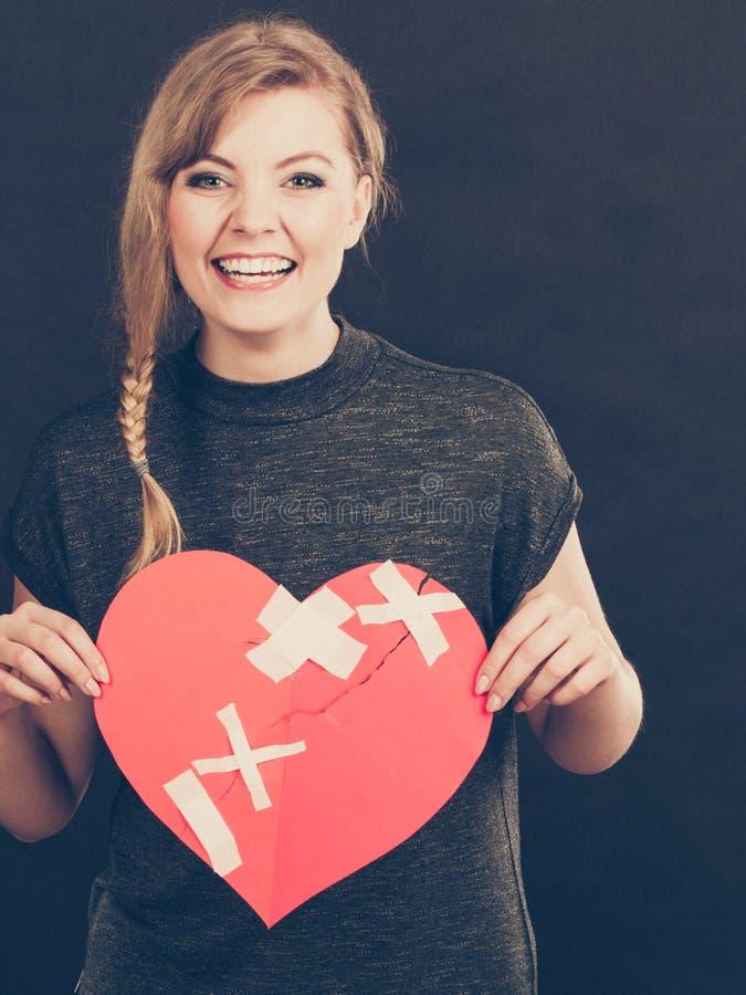 Χαμογελώντας γυναίκα με τη θεραπευμένη καρδιά στοκ εικόνες