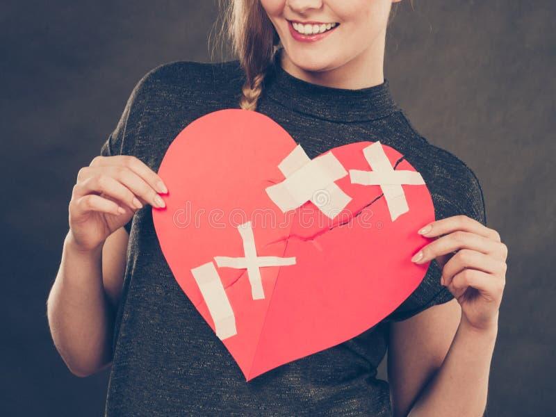 Χαμογελώντας γυναίκα με τη θεραπευμένη καρδιά στοκ εικόνες με δικαίωμα ελεύθερης χρήσης