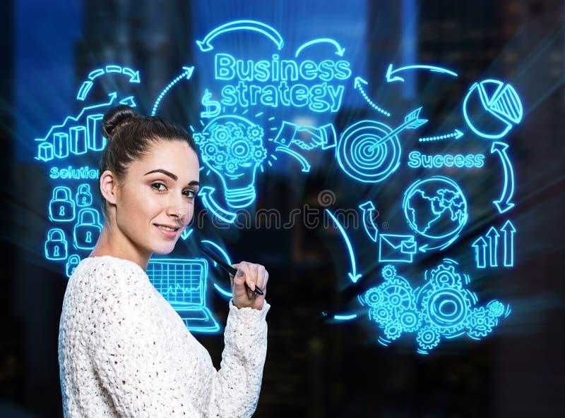 Χαμογελώντας γυναίκα με το δείκτη, επιχειρησιακή στρατηγική στοκ φωτογραφία με δικαίωμα ελεύθερης χρήσης