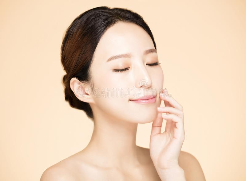 Χαμογελώντας γυναίκα με το καθαρό φρέσκο δέρμα στοκ φωτογραφία